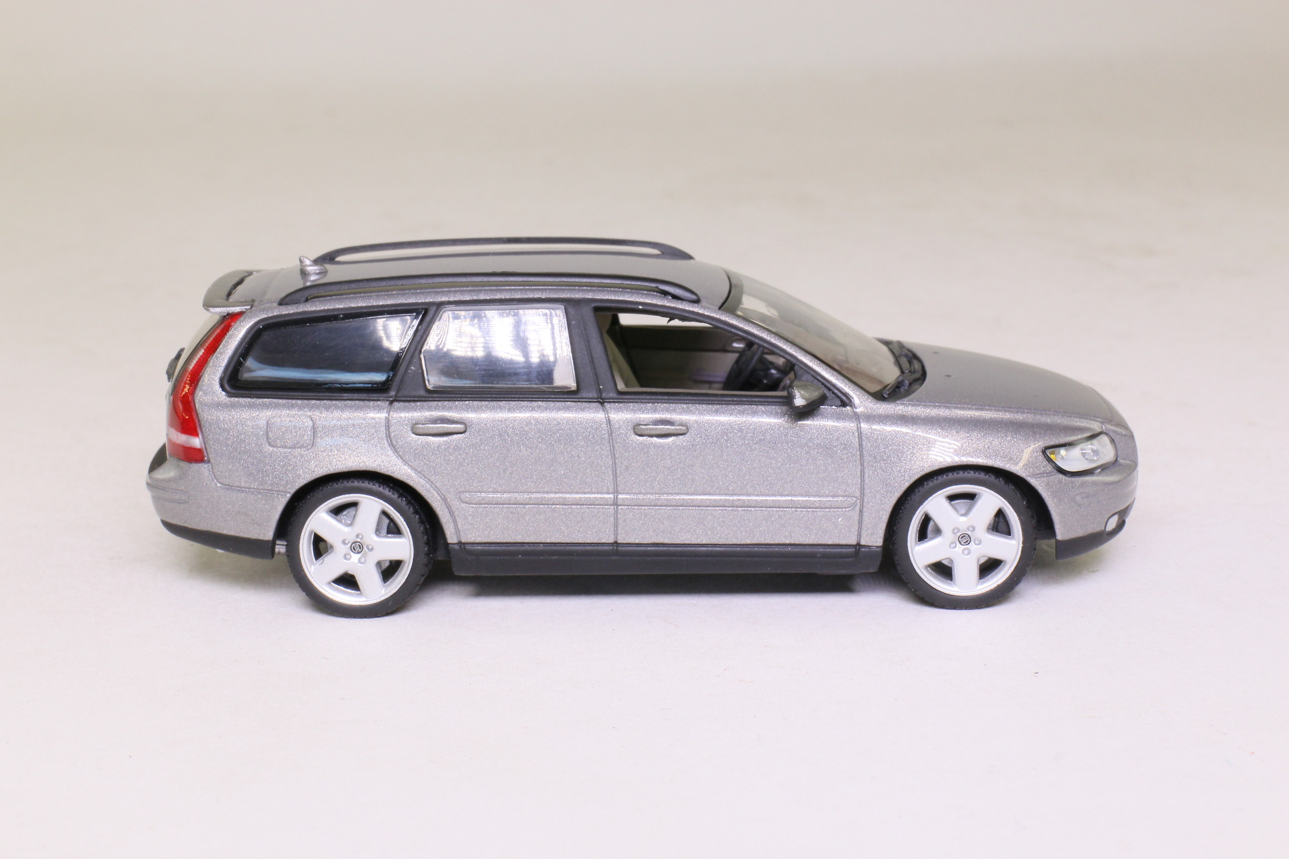 minichamps vfl1095 volvo v50 estate car metallic silver excellent boxed ebay. Black Bedroom Furniture Sets. Home Design Ideas